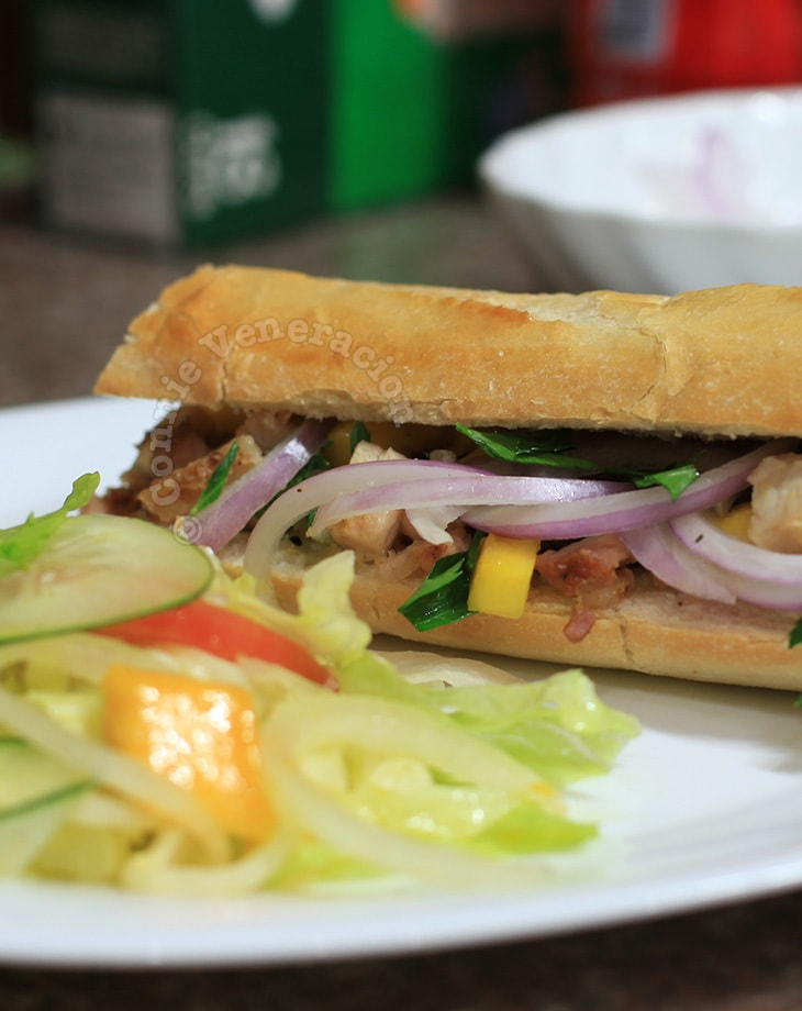 Barbecued pork sandwich with mangoes and red onions