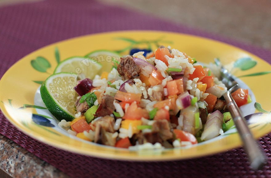 Asian-style spicy and tangy beef and rice salad | casaveneracion.com