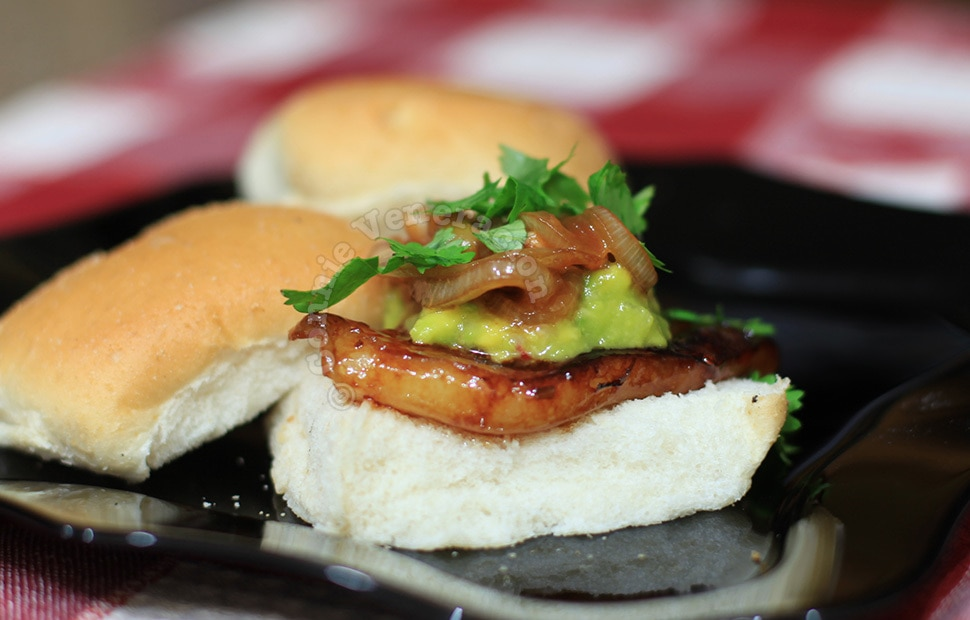 Braised pork with caramelized onions and lychee sandwich | casaveneracion.com