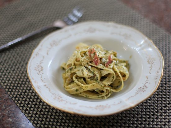 Fettuccine with bacon and creamy spinach sauce
