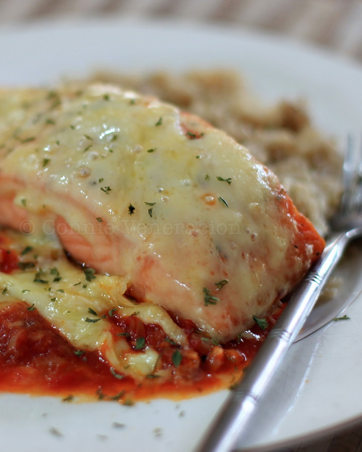 Broiled cheese-topped salmon with pomodoro sauce