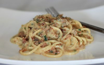 Spaghetti with sausage meat and cream, carbonara style