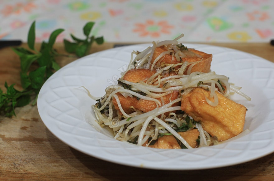Sweet and sour tofu with bean sprouts and fresh herbs | casaveneracion.com