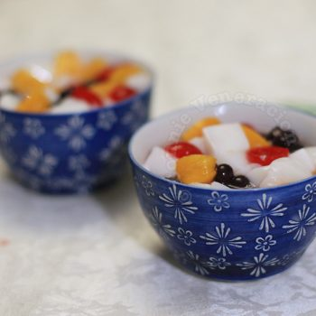 Almond jelly with peaches, cherries and blueberries