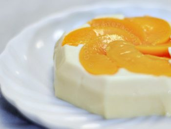 Holiday perfect dessert: panna cotta with peaches