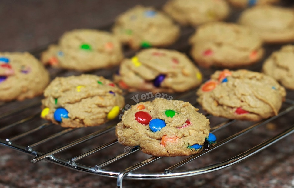 Chunky peanut butter and chocolate candy cookies | casaveneracion.com