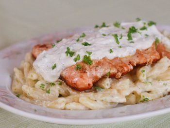 Salmon-topped pasta with white sauce