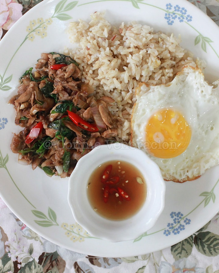 Phat Kaphrao (Thai stir fried meat with basil and chilis)
