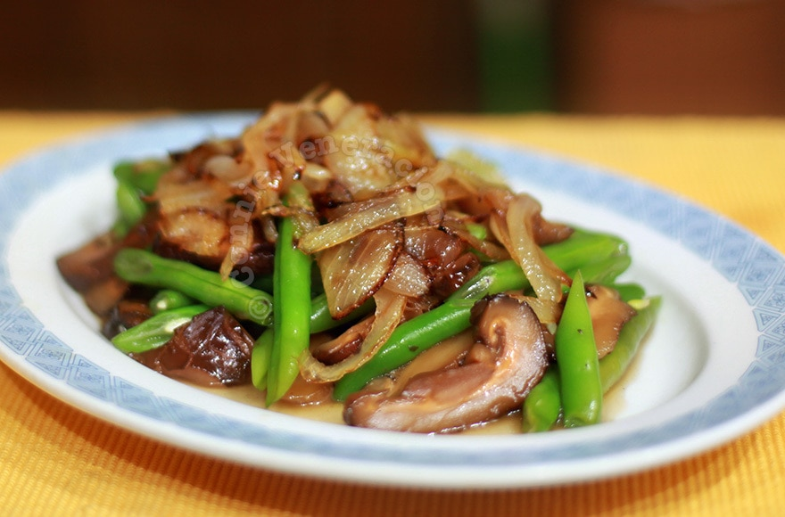 Green Beans and Mushrooms With Caramelized Onions | casaveneracion.com