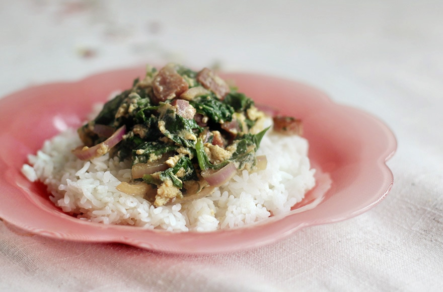 10-minute Chinese Sausage, Spinach and Eggs Stir Fry | casaveneracion.com