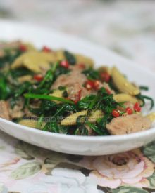 Ginger pork with spinach and baby corn
