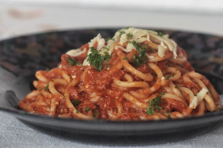 Spaghetti with meat and mushroom tomato sauce | casaveneracion.com