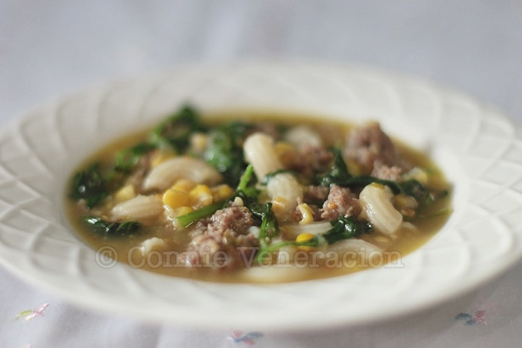 Macaroni soup with meatballs, corn and spinach | casaveneracion.com
