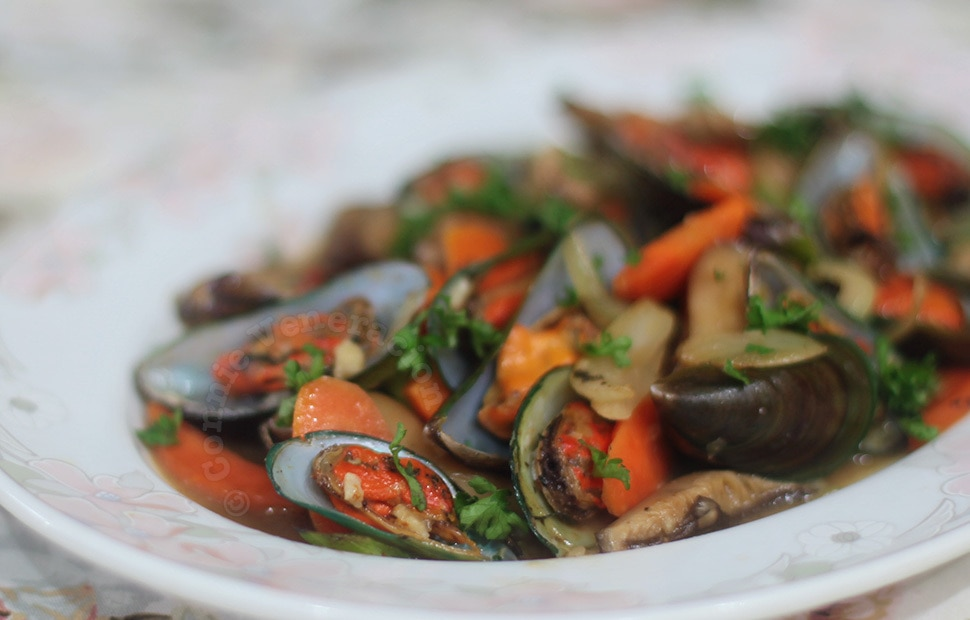 Stir fried mussels and shiitake mushrooms with oyster sauce | casaveneracion.com