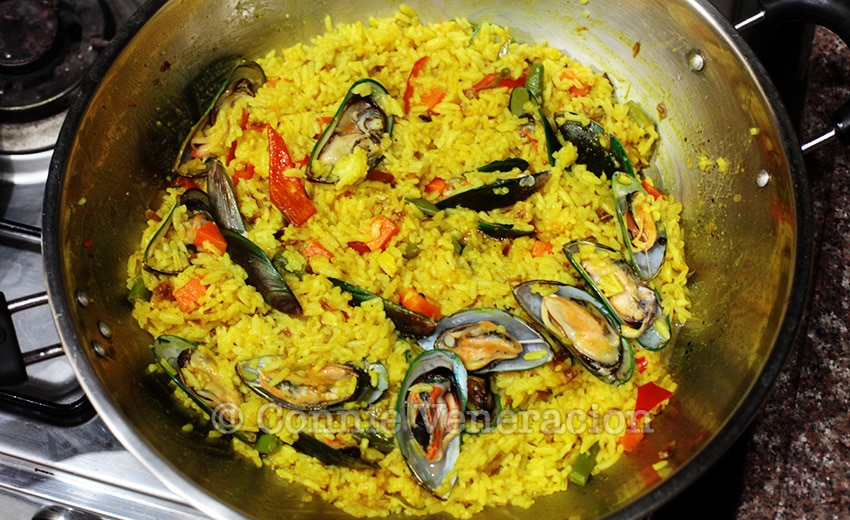 Yellow rice with fresh mussels and mixed vegetables | casaveneracion.com