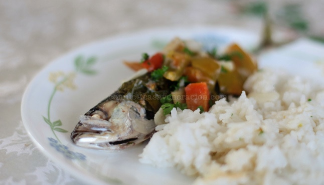 Long-jawed mackerel are wrapped in Chinese broccoli and simmered with coconut milk with vegetables.