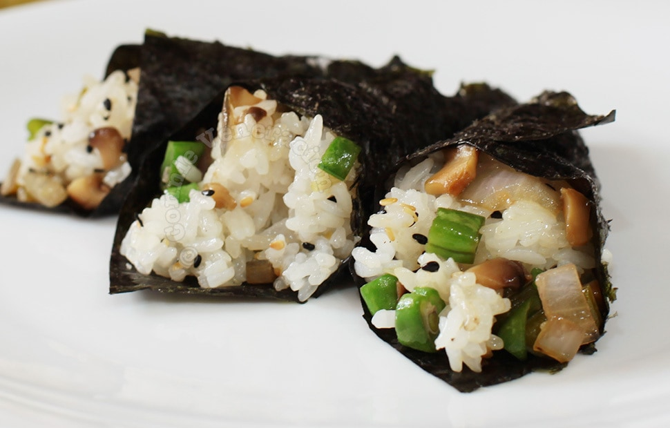Nori-wrapped sticky rice, shiitake and green beans | casaveneracion.com