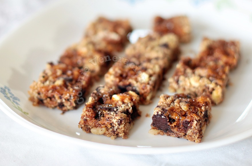 Oats, nuts, chocolate and caramel squares | casaveneracion.com