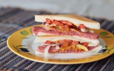I've always thought that ham sandwich was the epitome of comfort food, sandwich version, but I've changed my mind. About 80 percent of my homemade corned beef went straight between slices of bread. I really need to make space inside the fridge so that I can brine more beef to keep a constant and abundant supply of corned beef.