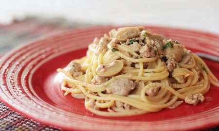 The best ground meat for spaghetti a la Stroganoff is sausage meat. Buy sausages, peel off the skins, crumble the meat and fry in butter. Or you can create your own sausage meat by seasoning ground meat and letting it marinade in the fridge for a couple of hours.