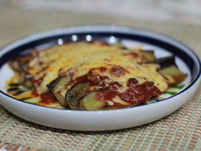 Pan-grilled eggplants with tomato sauce and cheese