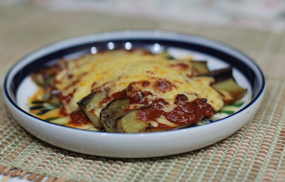 Pan-grilled eggplants with tomato sauce and cheese | casaveneracion.com