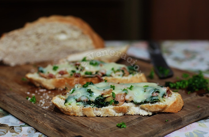 Creamed bacon and spinach toast | casaveneracion.com