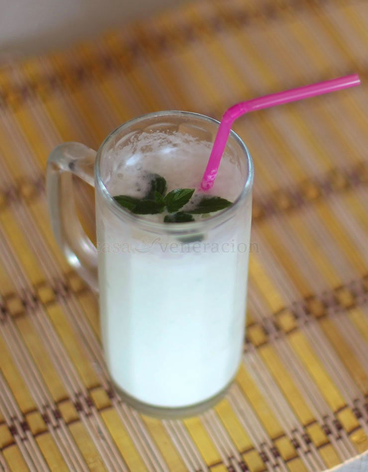 Pureed cucumber, dairy milk, coconut milk, sugar, ice and mint leaves. Those are the ingredients for this cucumber and coconut milk shake. The proportion between milk and coconut milk can be adjusted.