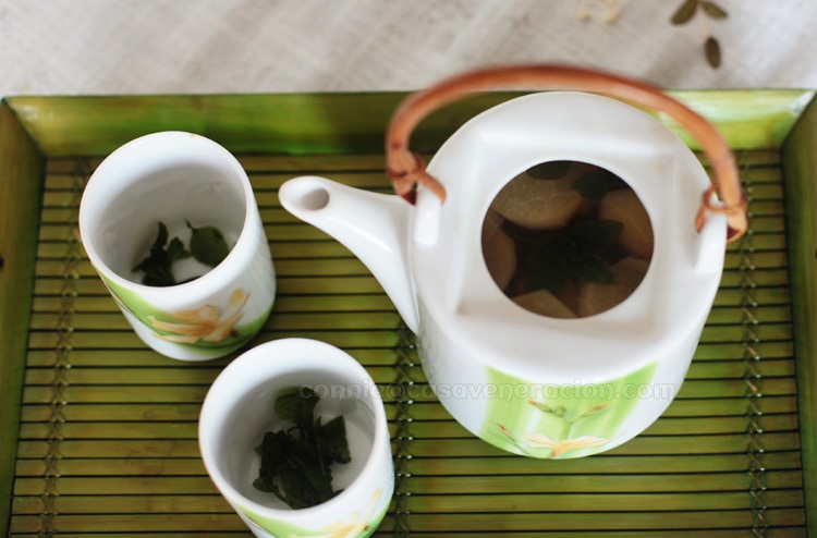Green tea with ginger, lemon and mint