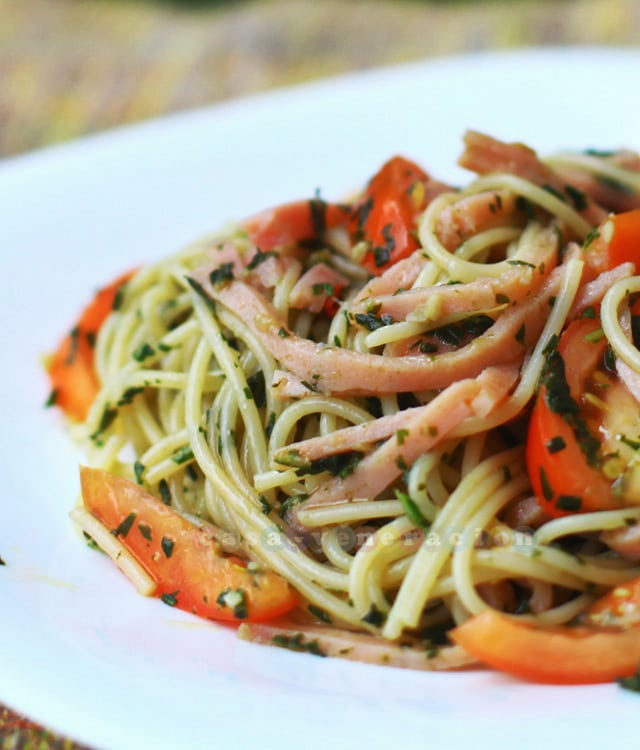 Capellini, tomatoes and ham with basil and garlic sauce | casaveneracion.com