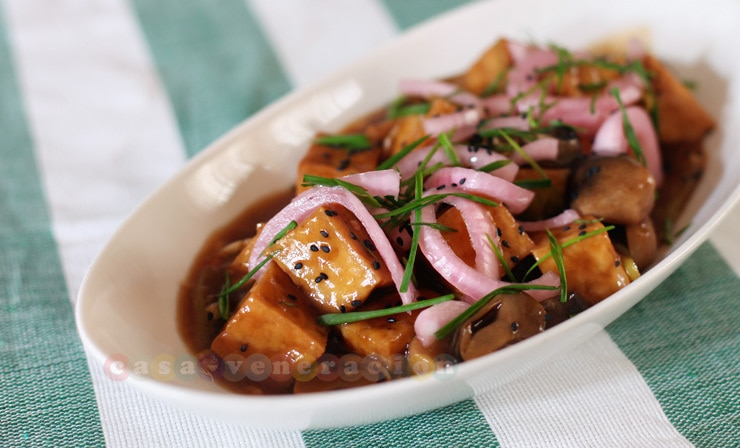 Tofu and mushrooms with pickled chilies and onions | casaveneracion.com