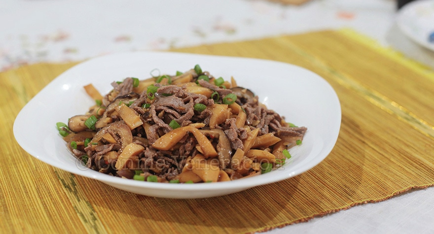 I cooked a vegetarian bamboo shoots and mushrooms stir fry. Then, I added beef. | casaveneracion.com