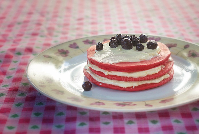 Red velvet pancakes with cream cheese frosting | casaveneracion.com