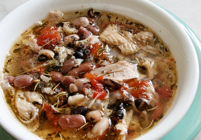 Herbed Chicken and Beans Soup | casaveneracion.com