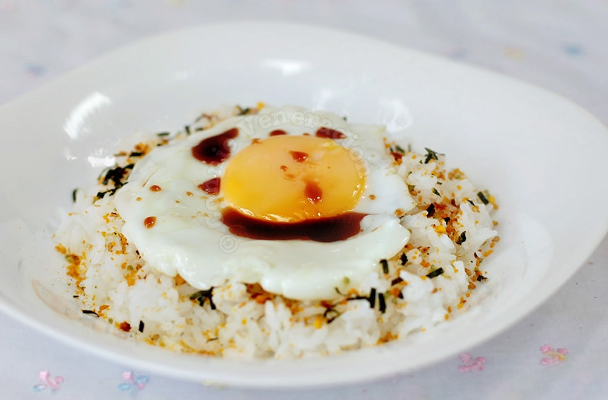 Fried Egg on Rice (Medama-yaki nokke gohan) | casaveneracion.com