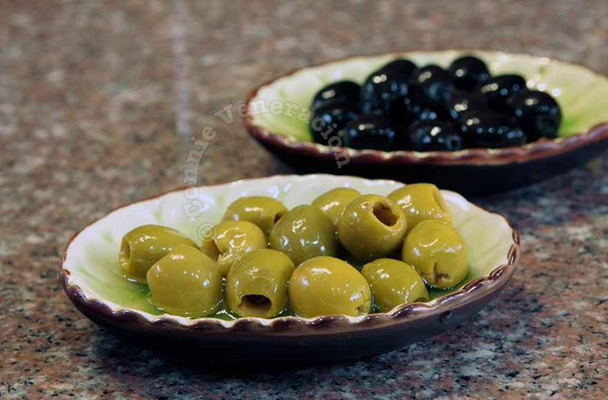 What's the difference between green and black olives?   casaveneracion.com