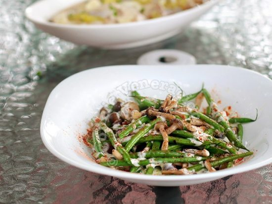 Elevate your Thanksgiving side dish with steam-fried mushrooms and green beans. Dill is added for a citrusy flavor and cayenne powder for a little kick.