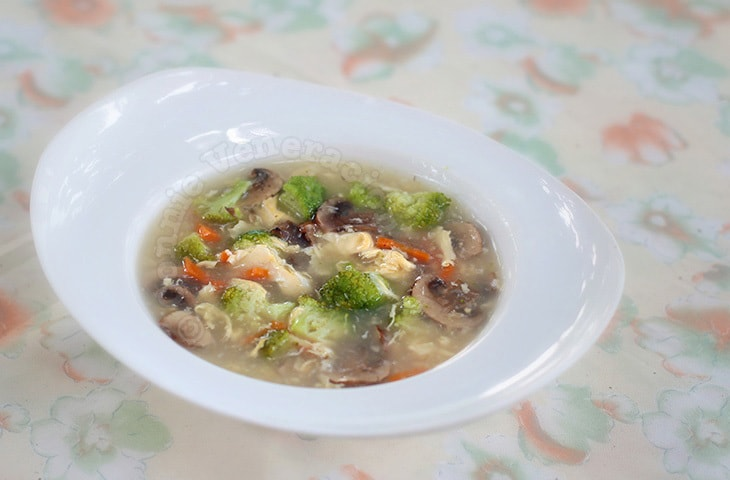 Mushrooms and Broccoli Egg Drop Soup | casaveneracion.com