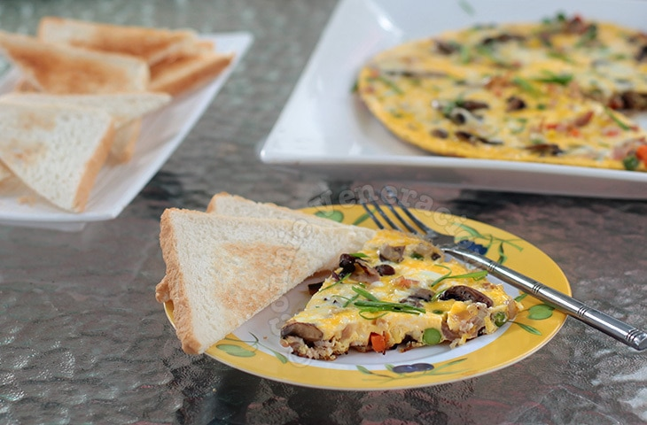 Four-egg Omelet With Bacon, Mushrooms and Cheese | casaveneracion.com