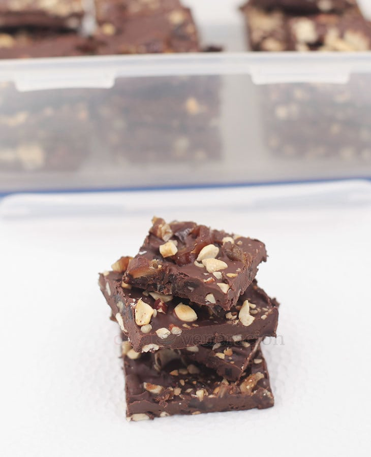 This holiday season, make family and friends feel special by gifting them with a box of dates and nuts chocolate bark. Wicked good and so easy to make.