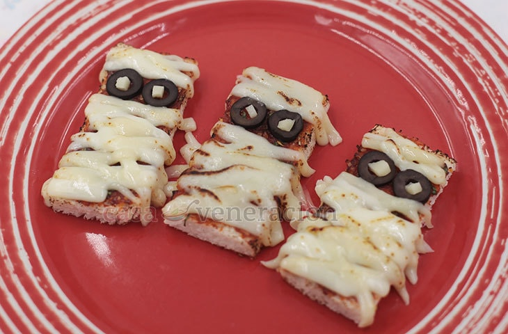 Candies may be ultra popular during Halloween but you won't miss the sweets with these Halloween pizza bread mummies. Easy and fun to make!