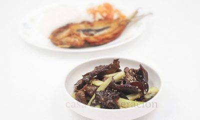 To make this wood ears mushroom and cucumber salad, blanch the wood ears and toss with soy sauce, black vinegar, sesame oil and toasted sesame seeds.