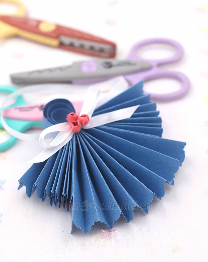 Paper edgers are decorative craft scissors with sculpted blades. The shape of the blades range from a simple zigzag to more complex designs.
