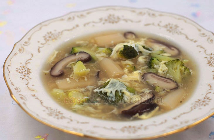 To make the vegetables, mushrooms and egg float rather than sink, thicken the broth with starch in this shiitake, white asparagus and broccoli egg drop soup.