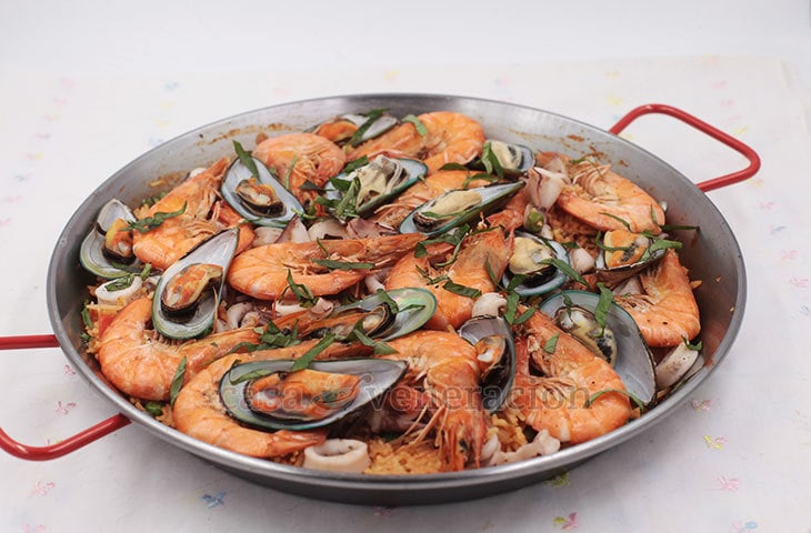 For rice-loving Filipino-Americans who like to pair their Thanksgiving turkey with non-traditional side dishes, here's an easy seafood paella recipe.