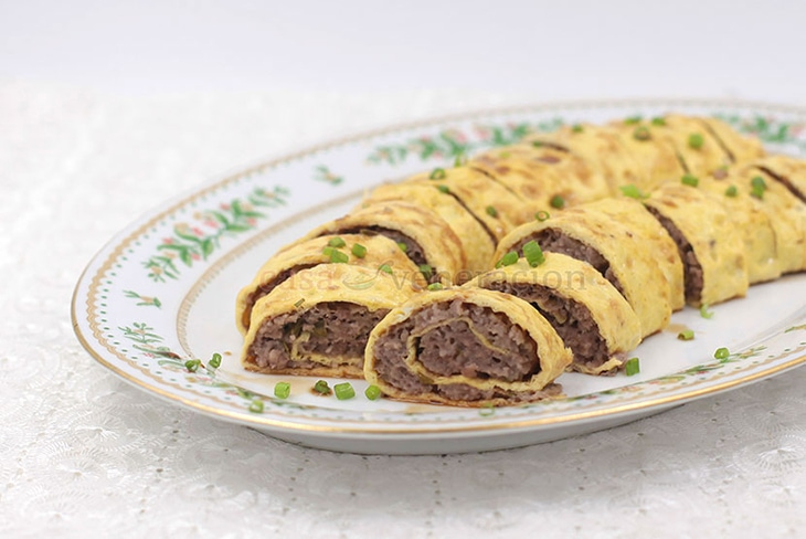 Thin omelets are filled with seasoned ground pork, rolled and steamed. To serve, the Chinese egg rolls are sliced to reveal a beautiful spiral pattern.