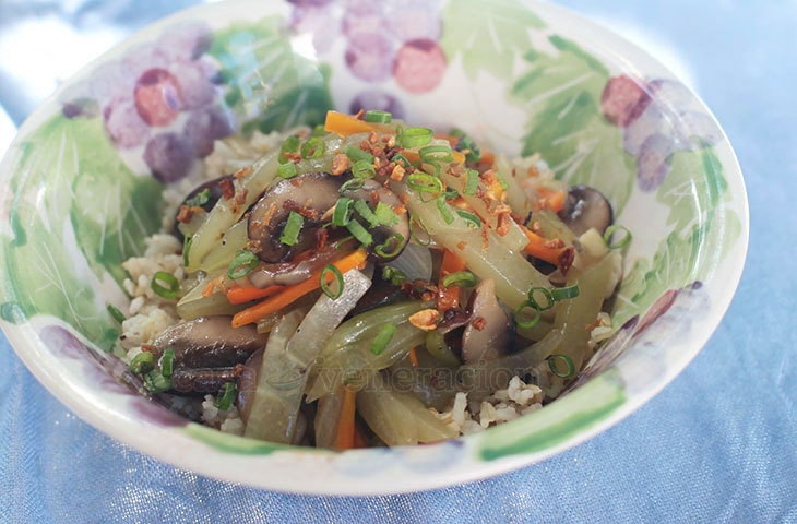 Julienne a chayote, carrot and bell pepper, slice some mushrooms and throw them in hot oil. Pour in sauce, cook a few minutes and you've a delicious vegan mushrooms and chayote stir fry!