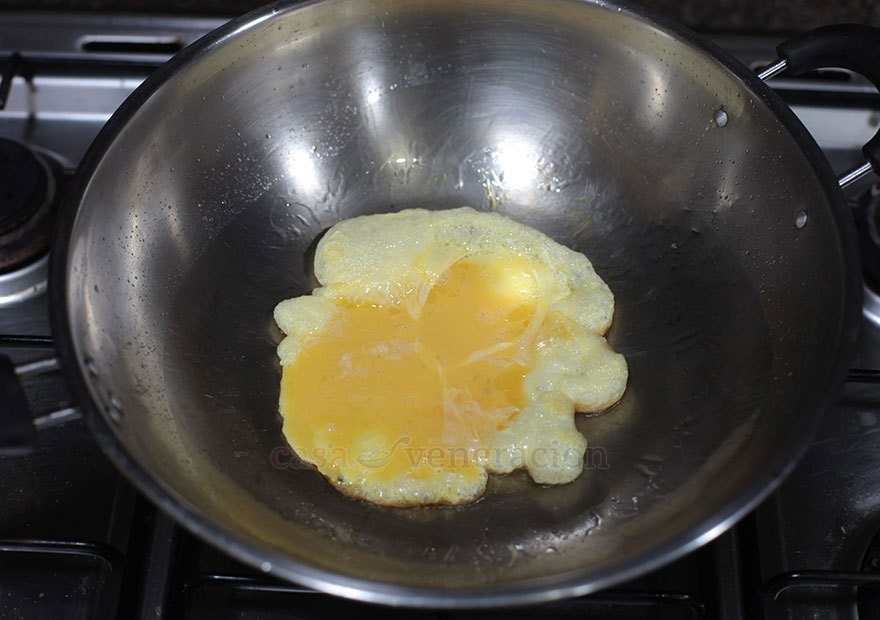 How to cook garlic and egg fried rice, step 1: Cook beaten eggs in hot oil