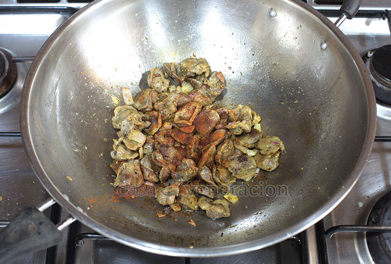 How to Cook Chicken Gizzards and Saba Banana Stir Fry, Step 4: Add cayenne