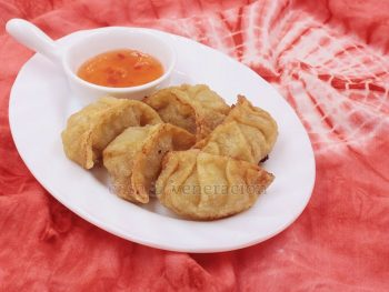 Pinsec frito, in a nutshell, is fried dumplings. The filling can be anything. Minced pork and shrimps mixed with chopped vegetables are traditional but you may use chicken, duck, turkey or even lamb. In fact, you may even ditch the meat and go vegan. Mushrooms make a wonderful dumpling filling.